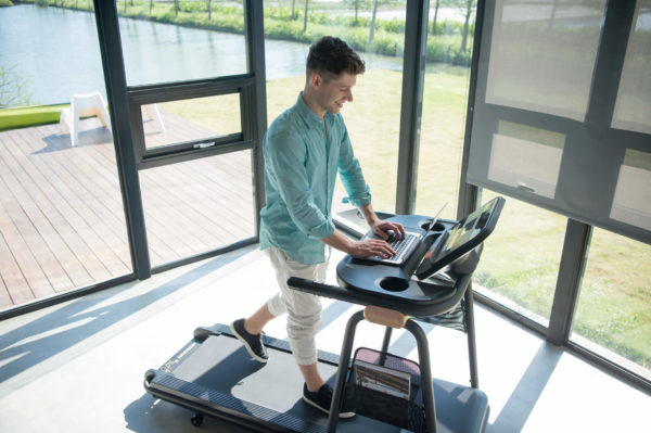 HZ17_CITTA LIFESTYLE_male_treadmill_using laptop_high angle